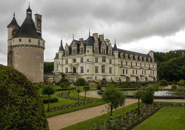 Here's another view of Château de Chenonceau, this one from Catherine de' Medici's garden.